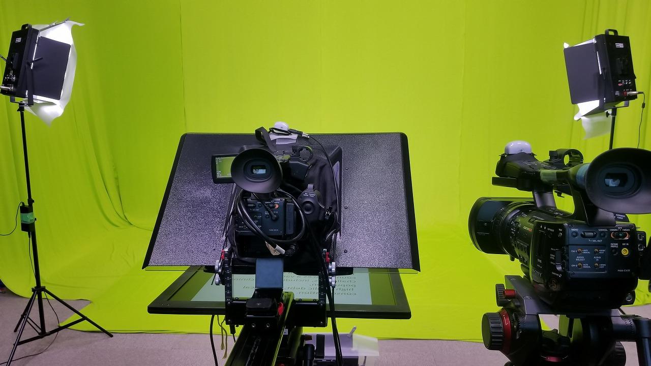 スタジオでクロマキー合成の撮影