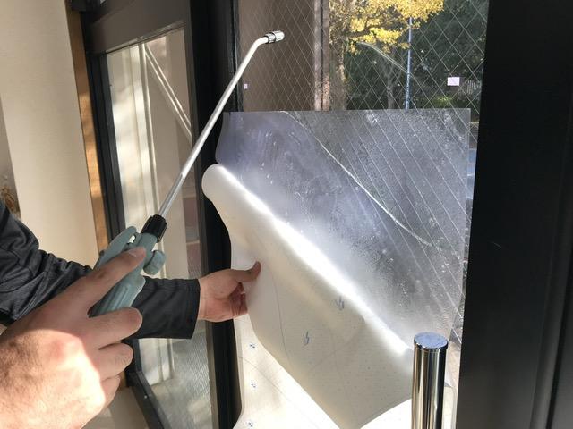 ガラスシールに水を吹きかける
