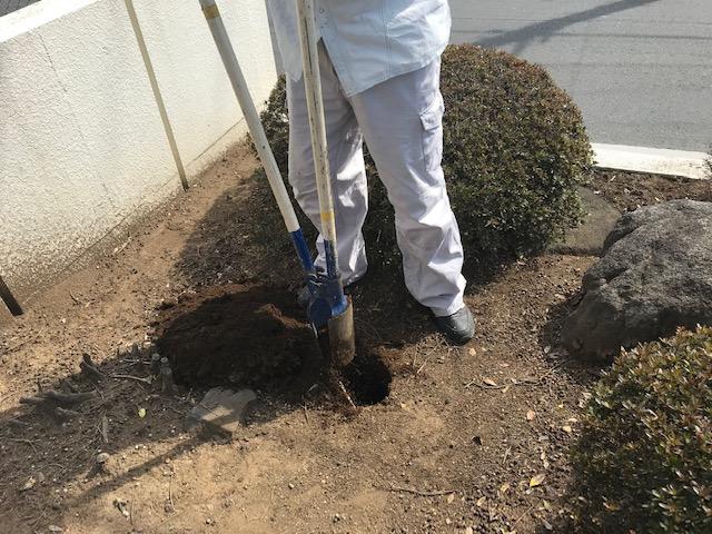 看板柱の穴を掘る
